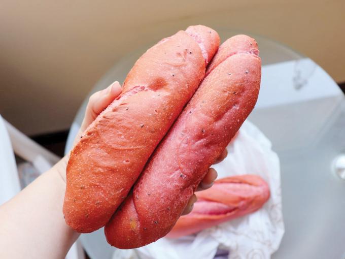 Bánh mỳ thanh long đượcsáng tạo để giúp người nông dân tiêu thụ nông sản.