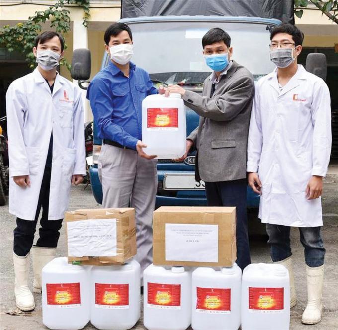 Nhiều nhà hảo tâm, nhóm thiện nguyện tặng dung dịch sát khuẩn cho người dân vùng dịch.