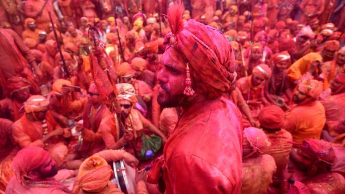 Những tín đồ đạo Hindu kỷ niệm Holi được tổ chức tại một khu đền ở làng Nandgaon (Ảnh:Money Sharma/AFP/Getty Images).