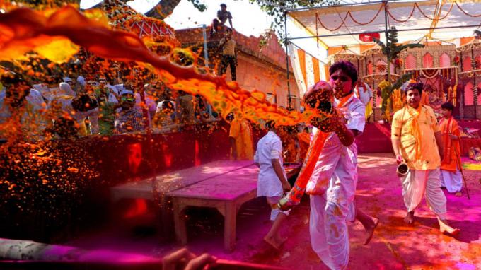 Tại Mathura, Ấn Độ, người theo đạo vui đùa cùng bột và nước trong lễ hội. Holi thường là dịp thu hút khá nhiều khách du lịch (Ảnh:Avishek Das/SOPA Images/Shutterstock).