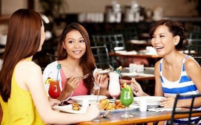 Dành thời gian cho bạn bè giúp phụ nữ chia sẻ buồn vui trong cuộc sống.