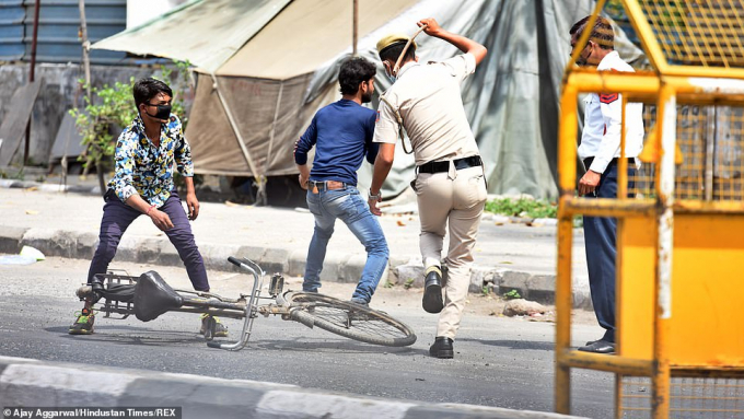 1,3 tỉ dân tại Ấn Độ đã buộc phải sống dưới lệnh phong tỏa khi lực lượng cảnh sát phải dùng đến roi mây để áp dụng quy định tại New Delhi