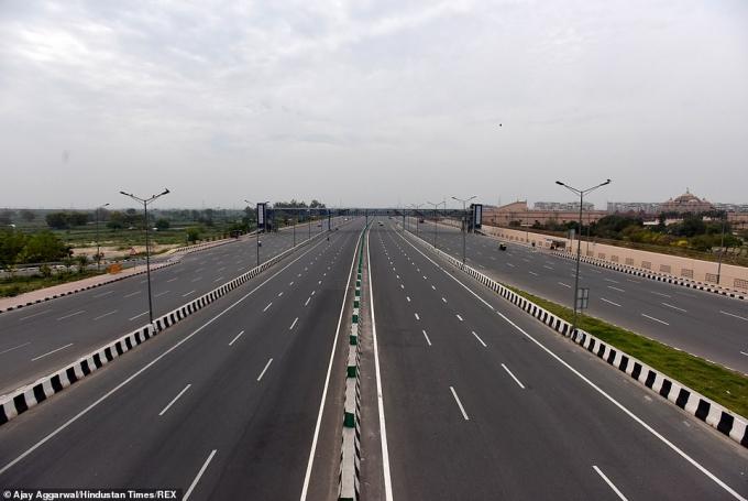 Đoạn đường cao tốc chật kín xe thường ngày bỗng trở nên hoang vắng