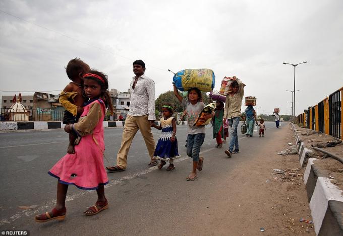 Gia đình nhiều lao động nhập cư đang tìm phương tiện vận chuyển để trở về làng
