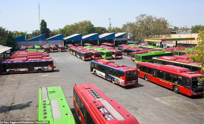 Hàng loạt xe bus đỗ tại trạm khi dịch vụ xe công cộng bị tạm dừng nhằm hạn chế sự lây lan dịch bệnh