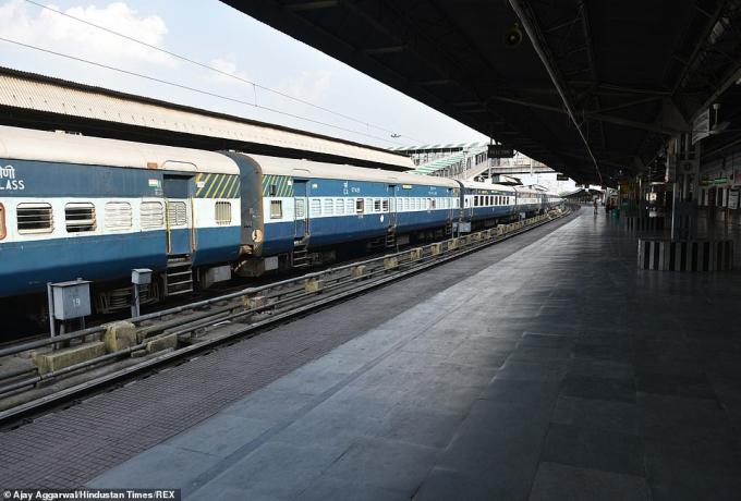 Khung cảnh bỏ hoang của Trạm xe lửa Kolkata trong ngày đầu của lệnh phong tỏa