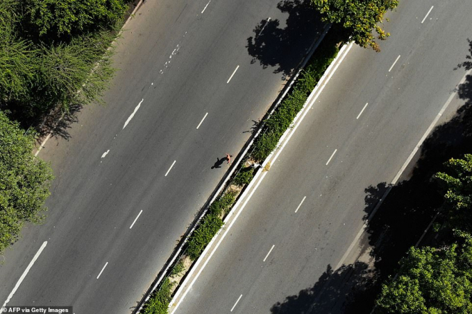 Người đàn ông băng qua đoạn đường cao tốc không bóng người tại New Delhi