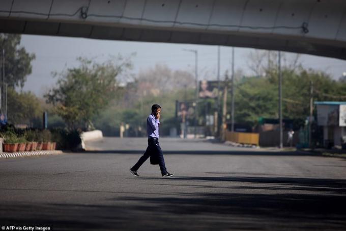 Người đàn ông bước qua con đường trống giữa đại dịch Covid-19 tại Ấn Độ
