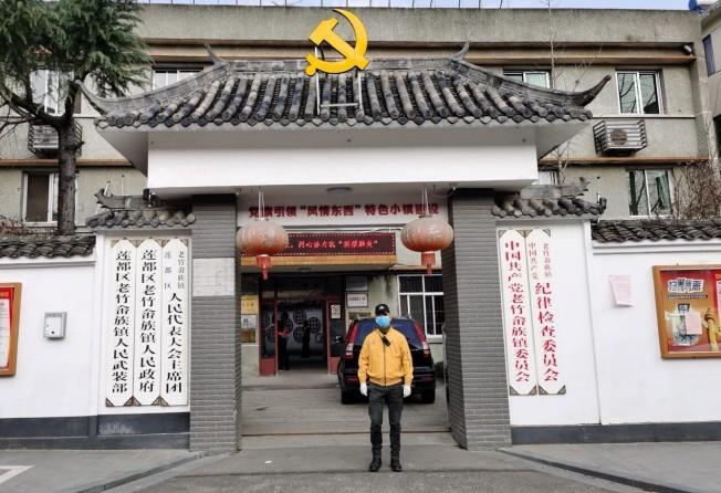 Doanh nhân Luca Zhou, 56 tuổi, đeo khẩu trang trên con đường tại Prato, nơi sinh sống của cộng đồng người gốc Hoa lớn nhất tại Ý (Ảnh: Maurizio Ciampolini/Handout via Reuters).