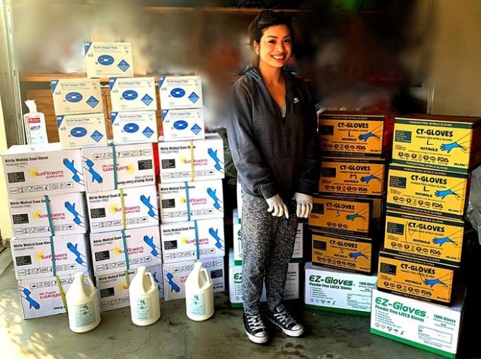 Cô Lori Jabagchourian, mẹ của ba con, bên cạnh các thùng khẩu trang, găng tay, nước sát khuẩn mà cô ủng hộ bệnh viện trong giai đoạn thiếu trang thiết bị điều trị tại các bệnh viện ở Mỹ.