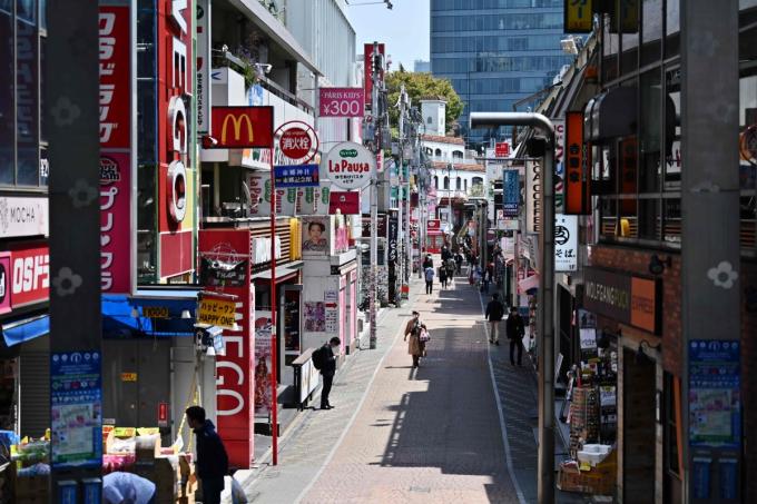 Chỉ còn một vài người đi bộ trên con phố đông đúc Takeshita tại quận Harajuku của Tokyo vào hôm nay (Ảnh: AFP).