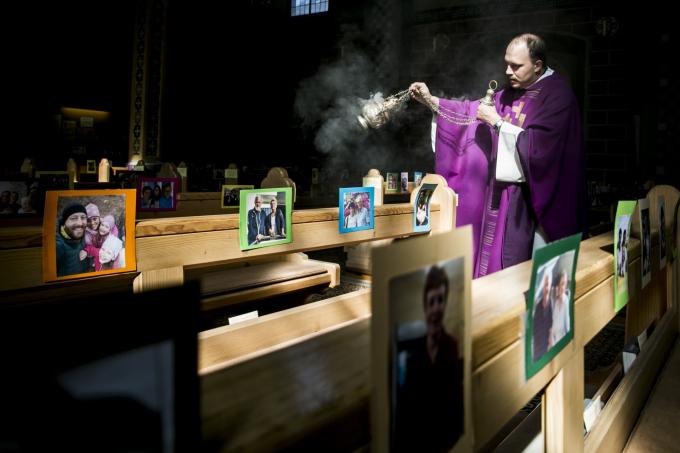Linh mục Công giáo Johannes Laichner xông hương cho hơn 1.000 bức ảnh thành viên trong hội thánh suốt thời gian khủng hoảng đại dịch corona tại tỉnh Tyrol ở Innsbruck, Áo (Ảnh: Jan Hetfleisch   Getty Images).