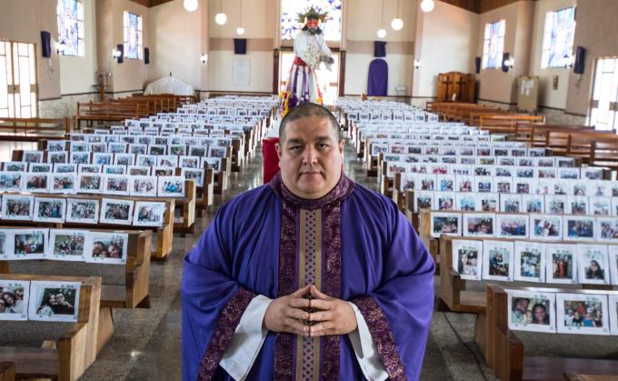 Vì đại dịch Covid-19, chính phủ Costa Rica đã yêu cầu người dân ở trong nhà và các nhà thờ buộc phải đóng cửa. Cha xứ Victor Jimenez đã đặt tất cả các bức ảnh của giáo dân trong nhà thờ trong tuần lễ thánh (Ảnh: Ezequiel Becerra   AFP   Getty Images).