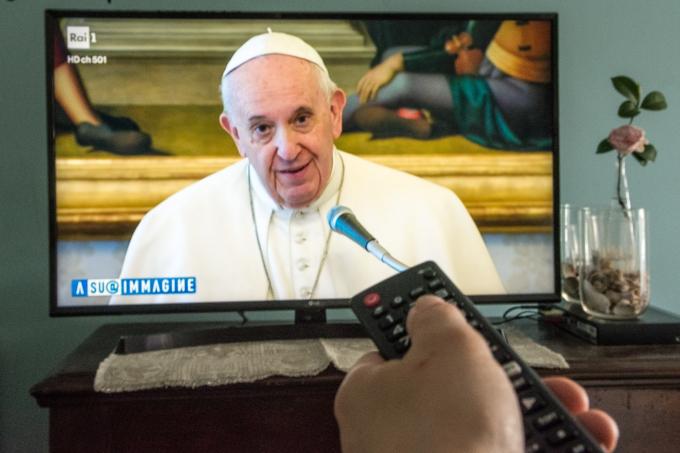 Mọi người có thể bật TV để xem giáo hoàng Francis làm lễ đại chúng từ Santa Marta, Rome (Ảnh: Massimo Bertolini   NurPhoto   Getty Images).