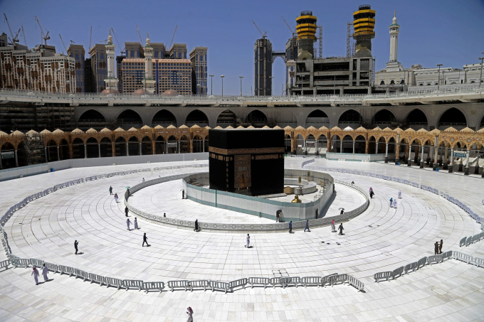 Các tín đồ Hồi giáo bao quanh phiến đá linh thiêng trong thánh địa Hồi giáo Mecca hôm 3/4. Ả rập xê út hôm 2/4 đã mở rộng lệnh giới nghiêm tại hai thành phố linh thiêng nhất của người Hồi giáo. (Ảnh: AFP/ Getty Images).