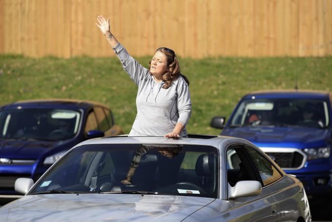 Một tín đồ lắng nghe bài hát khi trên ngồi trên xe tại một nhà thờ ở Louisville.(Ảnh: Andy Lyons/ Getty Images).