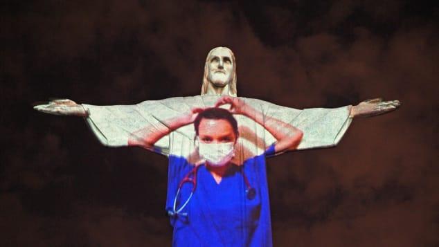 Hình ảnh nhân viên y tế được chiếu trên bức tượng vào ngày lễ phục sinh (Ảnh: Carl de souza/AFP/Getty Images).