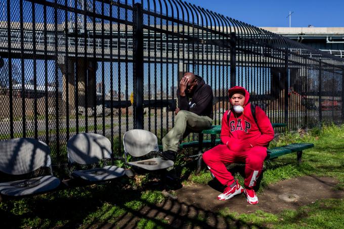 Alfonzo Forney và Roberto Mangual hiện đang ở trong một khu nhà cho người vô gia cư mà những người nhiễm virus vẫn được tự do ra vào (Ảnh:Jonah Markowitz/NYT)