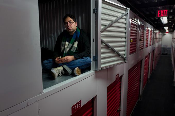 Christian Cascone dành gần như cả ngày trong một tủ chứa đồ anh thuê do lo ngại nguy cơ nhiễm bệnh tại khu nhà tạm của người vô gia cư ở Bronx mà anh chỉ ở vào ban đêm (Ảnh:Jonah Markowitz/NYT).