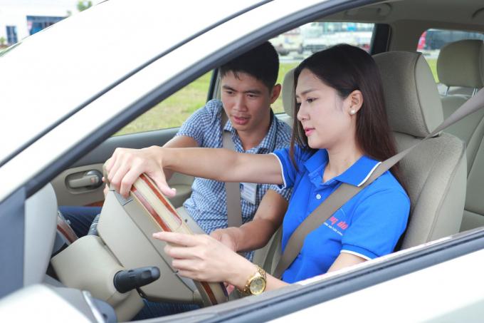 Nếu tập trung học kỹ năng và kinh nghiệm của thầy dạy lái, phụ nữ sẽ tự tin và xử lý chính xác hơn (Ảnh minh họa).