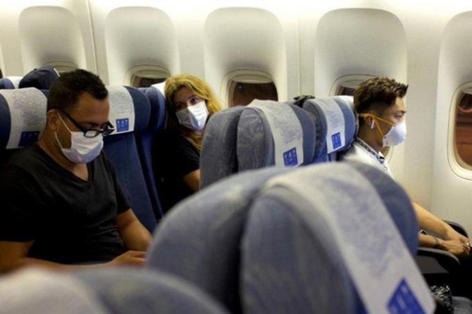Các hành khách được bố trí ngồi giãn cách trên máy bay.