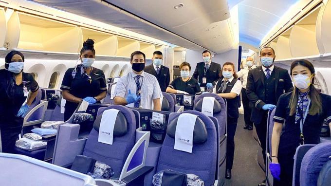 Phi hành đoàn United Airline được yêu cầu phải đeo khẩu trang khi làm việc.