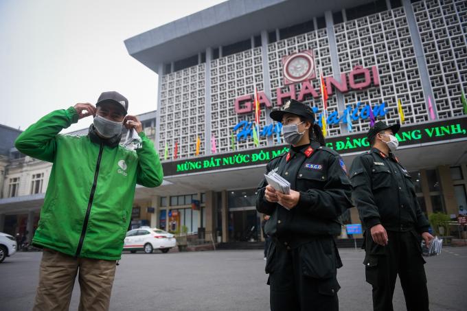 Cảnh sát cung cấp khẩu trang cho người dân trên đường phố Hà Nội (Ảnh: Internet).