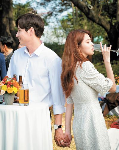 Người chồng Tae Oh của Sun Woo bí mật nắm tay người tình Dae Kyung trong bữa tiệc sinh nhật của anh (Ảnh: JTBC).