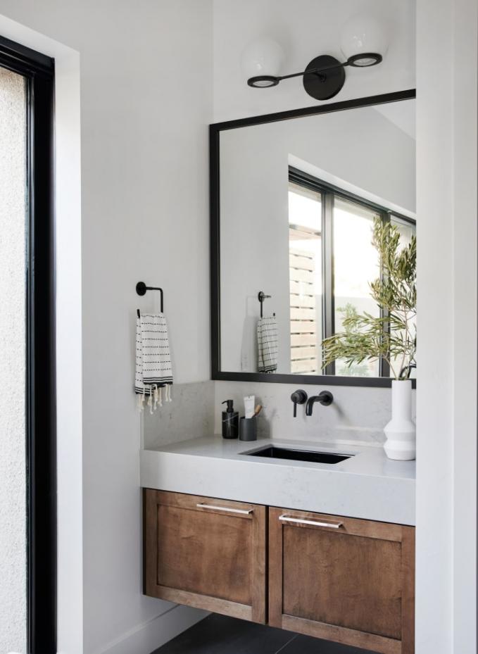 Sự ngăn nắp trong phòng tắm thường bị bỏ qua, và thường gây cảm giác căng thẳng trong cuộc sống (Ảnh:Tessa Neustadt).