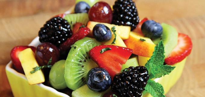 Trái cây tươi là nguồn vitamin dồi dào cần cho sức khỏe.