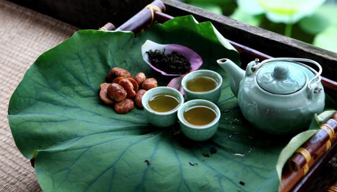 Chén trà sen sánh màu mật, hương thơm phảng phất quanh phòng (Ảnh minh họa).