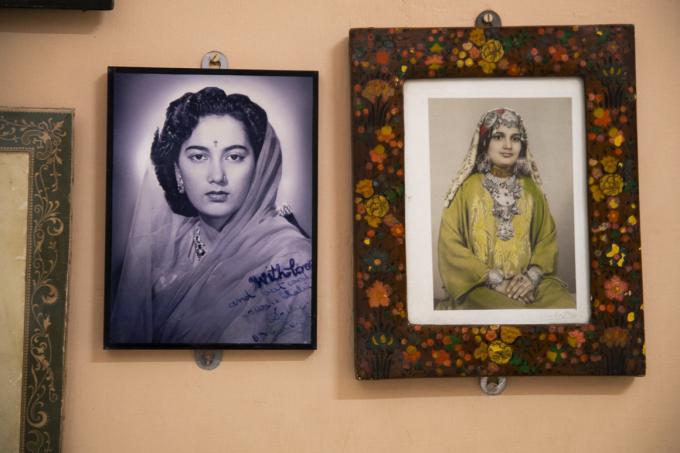 Bức chân dung người dì của hoàng tử Manvendra, nữ hoàng và là mẹ của đức vuaJaisalmer (trái) và cô em gái của ông, công chúa Minaxi Devi (phải) tại cung điện Vijay ởRajpipla (Ảnh: Atlas Obscura).