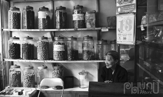 Tiệm ô mai trên phố Hàng Đường.