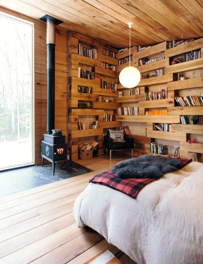 Toàn bộ cabin được làm từ gỗ chặt trong khu đất của anh.