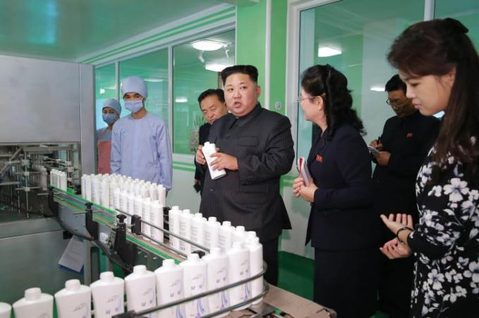 Chủ tịch Kim Jong Un khảo sát Nhà máy mỹ phẩm Pyongyang năm 2017 (Ảnh:STR/AFP/Getty Images).