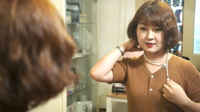 Joo Yang đeo chiếc vòng cổ ngọc trai do cô thiết kế tại Seoul, Hàn Quốc (Ảnh:CNN).
