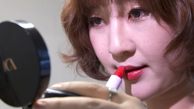 Joo Yang tô son đỏ tại căn hộ của cô ở Seoul (Ảnh:CNN).