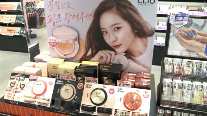 Mỹ phẩm được trưng bày trong một cửa hàng tại Seoul, Hàn Quốc năm 2019 (Ảnh:CNN).