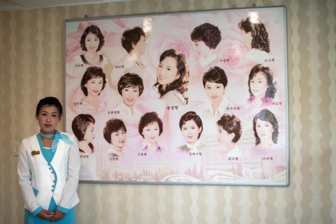 Những kiểu tóc được chấp thuận in trên một tấm bảng tại một cửa hàng làm đẹp cho nữ giới tại khu phức hợp Munsu tại Pyongyang, Triều Tiên năm 2018 (Ảnh:Carl Court/Getty Images).