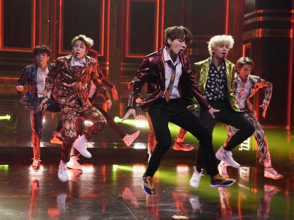 BTS biểu diễn ca khúc