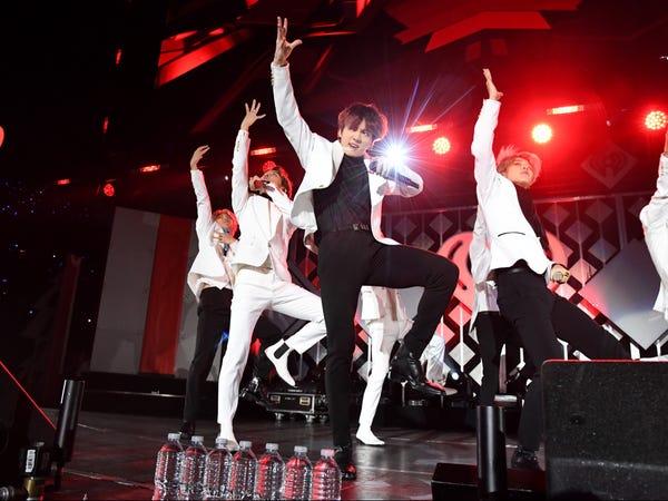 Thành viên Jungkook (đứng giữa) biểu diễn trong show 102.7 KIIS FM Jingle Ball 2019 tại LA (Ảnh:Jeff Kravitz/Getty Images).