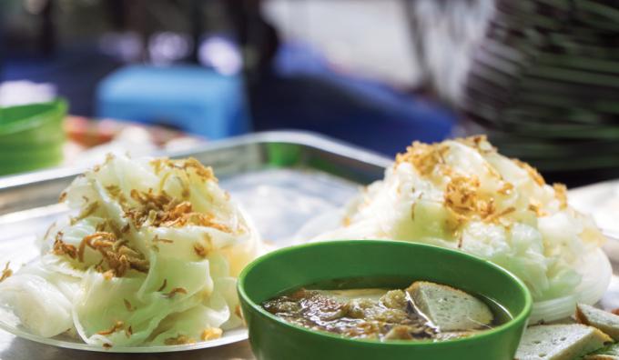 Bánh cuốn Thanh Trì thường không có nhân, ăn với chả mỡ hoặc chả quế.