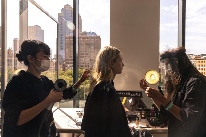 Chuyên gia làm tóc đeo khẩu trang, và nghệ sĩ trang điểm đeo kính chắn (Ảnh: NYT).