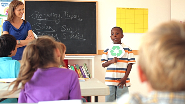 Học sinh tự tin trình bày ý tưởng bảo vệ môi trường trước bạn bè.