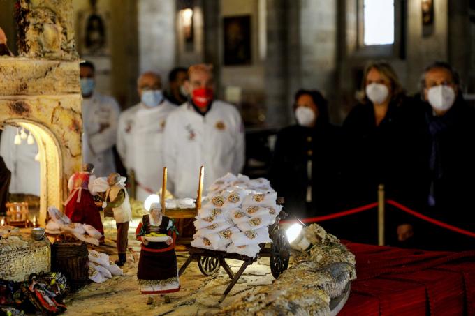 Một mô hình Chúa giáng trần làm từ pizza được bày trong nhà thờ Santa Chiara tại Naples, Ý (Ảnh: Fabio Sasso/AP).