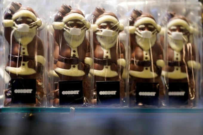 Những chiếc socola hình Santa Claus đeo khẩu trang được bày bán tại một cửa hàng bánh kẹo ở Frankfurt, Đức (Ảnh: Ronald Wittek/EPA).