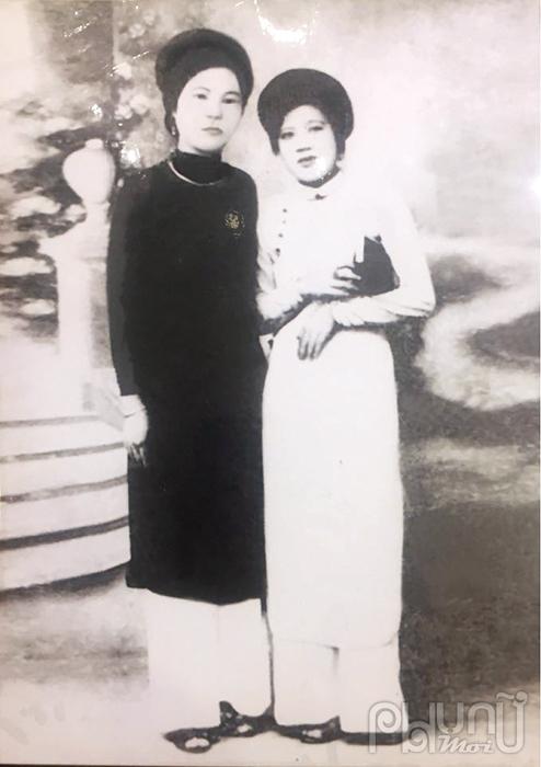 Mẹ tôi mặc áo dài trắng và bạn.
