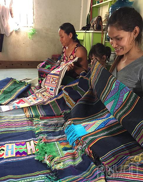 """Buôn Con Ócó nghề dệt thổ cẩm """"nổi tiếng thế giới dân tộc."""