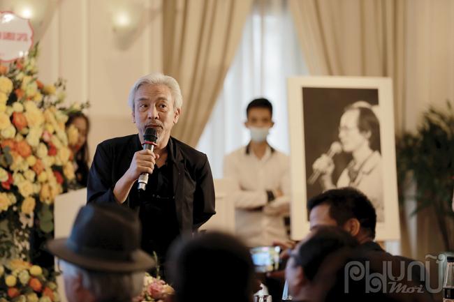 Nhiếp ảnh gia Dương Minh Long trong buổi trao tặng tư liệu của cố nhạc sĩ Trịnh Công Sơn.