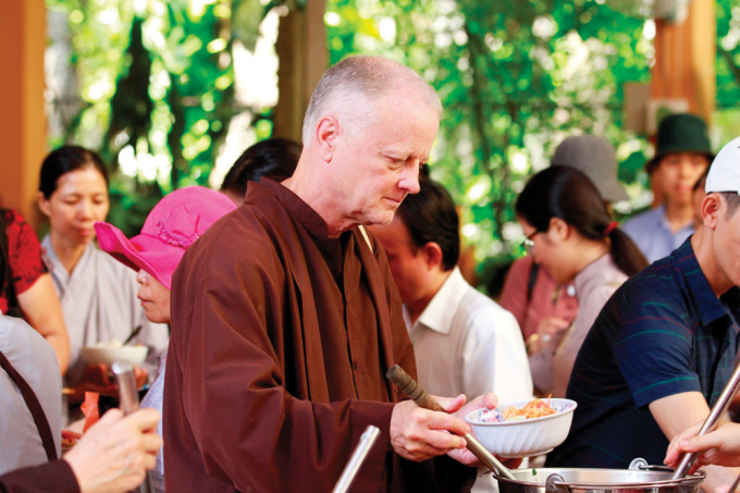 Du khách nước ngoài dùng cơm chay tại chùa Từ Hiếu (Huế).